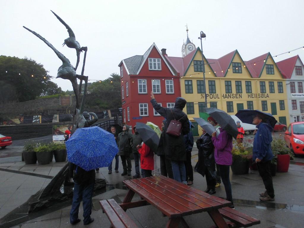 Stadtrundgang Tórshavn: Lisbeth zeigt uns eine der zahllosen Skulpturen im öffentlichen Raum