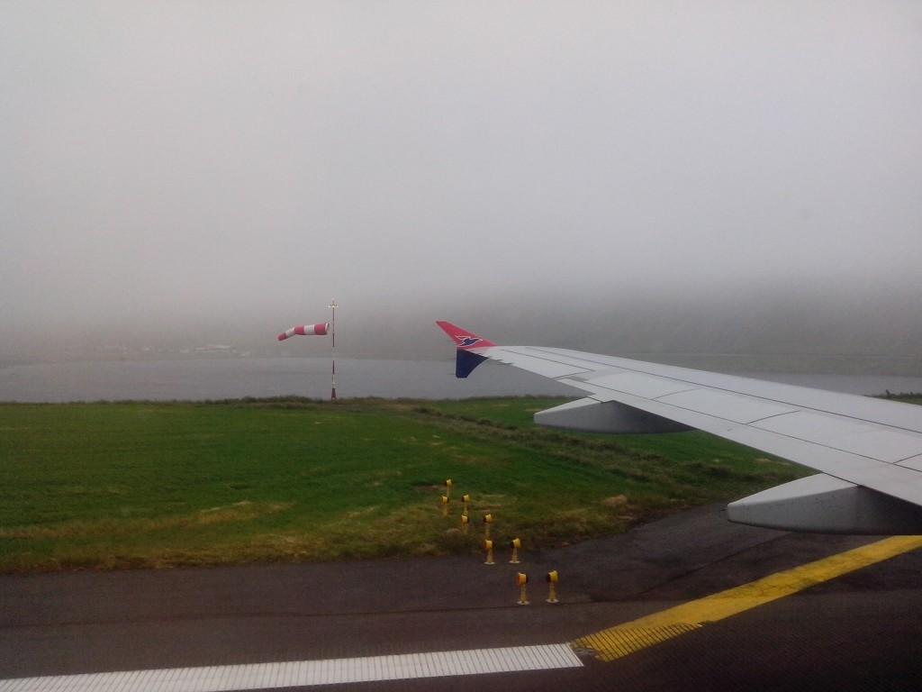 Steife Brise und schlechte Sicht - eine ganz normale Landung auf den Färöern