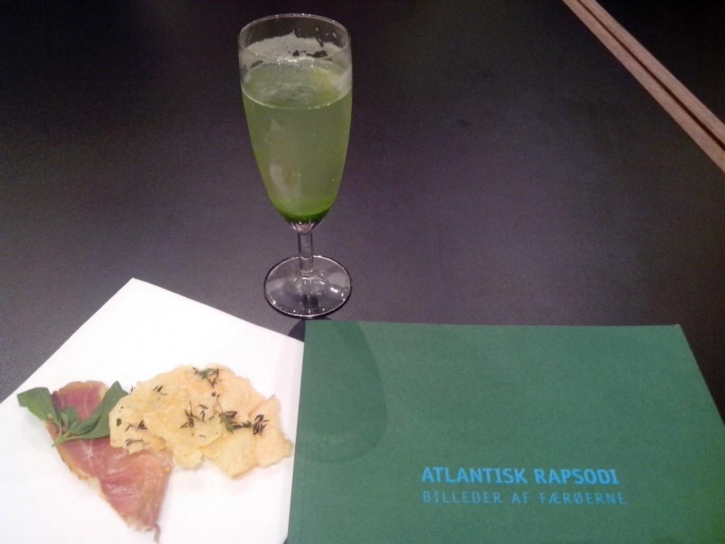 Algen-Aperitif und färöische Snacks zur ersten Einstimmung