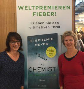 Andrea Fischer und ich vor einem der Ankündigungsplakate am Stand der Fischer-Verlage auf der Frankfurter Buchmesse